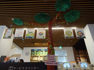 カウンターにある木の展示