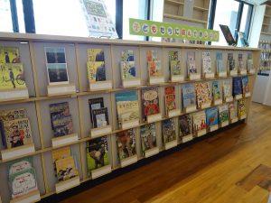 子どもたちに読んでほしい本の展示