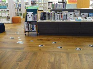 様々な足跡のついた床