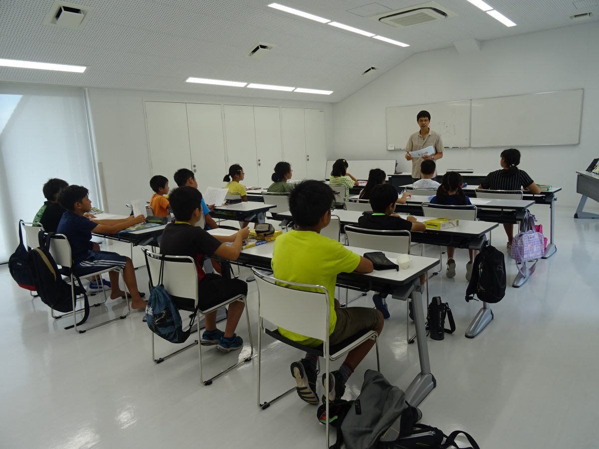 読書感想文かき方教室を受ける小学生たち