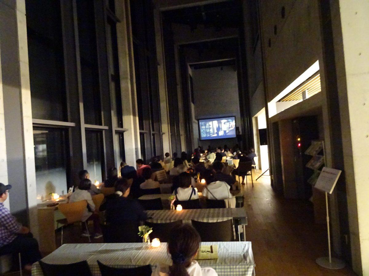 秋の夜長の図書館カフェナイト